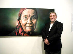 Economist Brian Easton with The New Zealand Portrait Gallery's painting of Dame Joan Metge by Sofia Minson